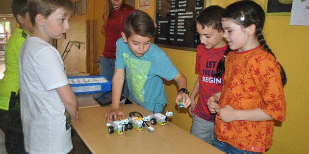 Per App gesteuerte Legofahrzeuge standen bei den jungen Forschern der Schillerschule im Mittelpunkt. Foto: Benjamin Kloos