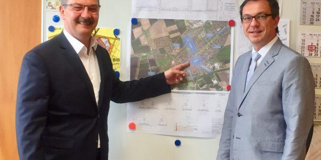 """BUZ: Mit einem Dank für die gute Zusammenarbeit mit dem Rathauschef versicherte Alexander Bauer auch weiterhin als """"Brückenbauer"""" für die Bibliser Belange in Wiesbaden einzutreten. Foto: oh"""
