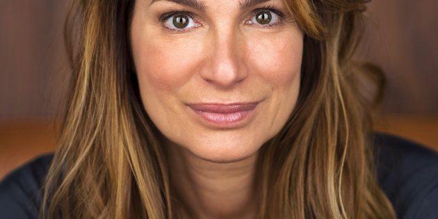 BUZ: Alexandra Kamp steht in der Theateradaption der beiden Bestsellerromane von Daniel Glattauer als Protagonistin Emmi Rothner auf der Bühne. Foto: Jan-David Fuhrmann