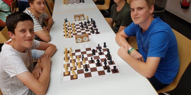 Jonathan Roth, Peter Weis (vorne v. l. n. r.) sowie Mario Winkler und Tim Putz (hinten v. l. n. r.) gingen bei den Jugend-Schnellschach-Open an den Start. Foto: oh