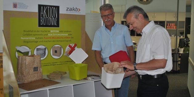 Bürgermeister Gottfried Störmer (r.) überzeugte sich von den Vorteilen des BIOTONi – sehr zur Freude von ZAKB-Geschäftsführer Gerhard Goliasch (l.). Foto: Benjamin Kloos