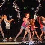 """Mit Eifer haben die Kinder das Motto der Ferienspiele """"Tanz und Musik"""" umgesetzt und bei der großen Abschluß-Show, Eltern und Großeltern präsentiert. Foto: Eva Wiegand"""