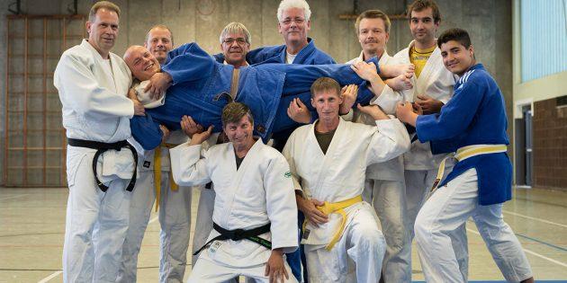 Sven Baier (liegend Mitte) wurde von den Judoka der Montagsgruppe in aller Freundschaft in seine alte Heimat Franken verabschiedet. Foto: Stephan Müller