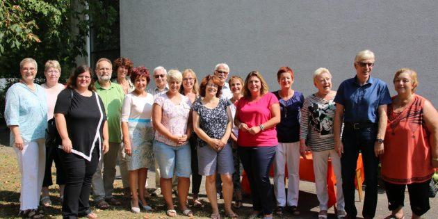 Zum Empfang der neuen Leiterin Daniela Rentzsch (5. von rechts) waren zahlreiche Besucher mit offiziellem Auftrag und Mitglieder von kirchlichen und politischen Gremien gekommen. Foto: Hannelore Nowacki