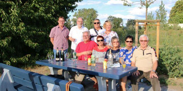 In der Bobstädter Chausseeallee ist die Sitzgruppe mit Tisch zum Verweilen hinzugekommen, eine Sitzbank wurde schon vor einem Jahr aufgestellt. Im Bild (von hinten links) die Sitzbankgruppe (Bernd Deckenbach, Friedolf Jötten, Peter Hölzel, Renate Gayer und Frank Gumbel) mit Baumspenderin Ursula Cornelius und Sitzbankspender Rudi Pumm mit Ehefrau Roswitha. Ingrid Schich-Kiefer (2. von rechts) für die Caritas und Günter Schwering (Alten- und Pflegeheim St. Elisabeth) teilen sich die Mitarbeit in der Sitzbankgruppe. Foto: Hannelore Nowacki