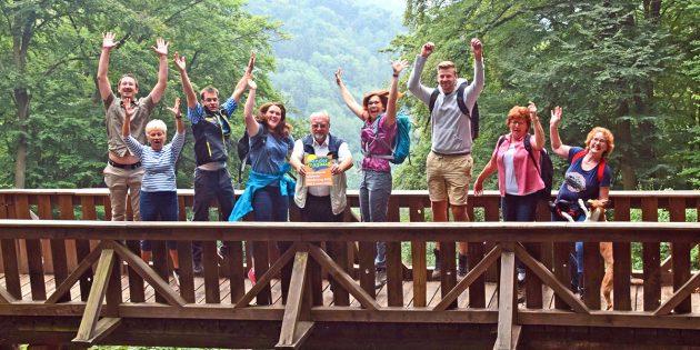 BUZ: Ein Freudensprung am Felsenmeer: Das Nibelungensteig-Team und der Odenwaldklub feiern die Auszeichnung des Nibelungensteigs. Foto: WFB