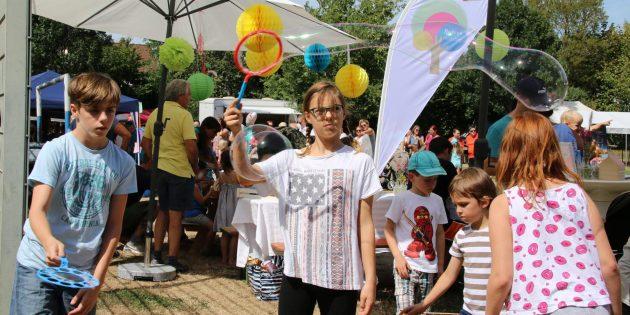 Seifenblasen und viele andere Aktivitäten begeisterten die Kinder aller Altersgruppen. Foto: Hannelore Nowacki