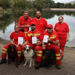 Bei der Wasserortungsprüfung der DLRG erfolgreich: Sarah Hoth mit Hund Neo, Markus Litters mit Hund Sandy und Werner Schuster mit Hund Huncut. Foto: oh