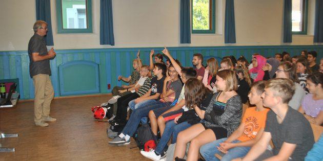 Interessiert und engagiert diskutierten die Schüler der 7. Klassen der Alfred-Delp-Realschule mit Mitsch Schulz (l.) von realtimecomic über die unterschiedlichen Formen von Gewalt. Foto: Benjamin Kloos