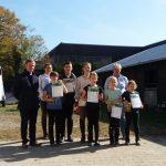 BUZ: Die erfolgreichen Reiter zeigen stolz ihre Urkunden. Foto: oh