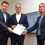 Landrat Christian Engelhardt, Aufsichtsratsvorsitzender der Wirtschaftsregion Bergstraße / Wirtschaftsförderung Bergstraße GmbH (WFB) (Mitte), Dr. Matthias Zürker, Geschäftsführer der WFB, sowie Dagmar Cohrs, stellvertretende Geschäftsführerin der WFB und Leiterin des WFB-Fachbereichs Kommunalbetreuung, stellten das Positionspapier vor. Foto: WFB