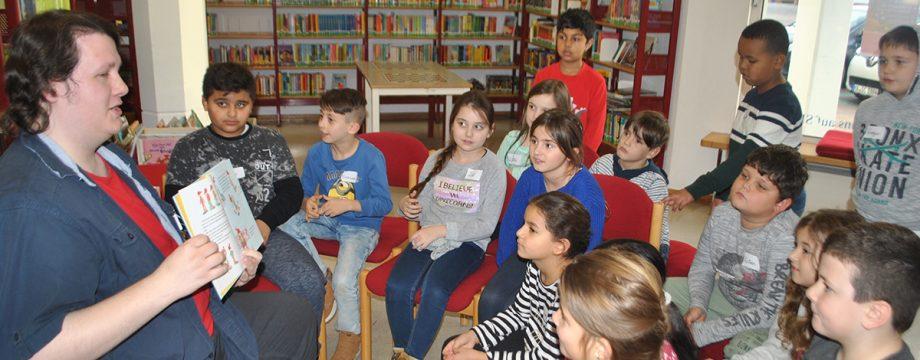 """""""Kids programmieren ihre Welt"""" heißt es in der Stadtbücherei. Projektleiter Alexander Weiß erläuterte den Kindern zum Auftakt die ersten Schritte. Foto: Benjamin Kloos"""