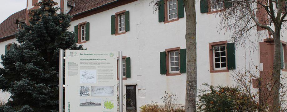 """""""Das Schloss"""" nennen viele das historische Gebäude. Der Beamtenbau ist der kleine Rest einer großen Jagdanlage"""" – So lautet der erste Satz auf der Informationstafel am neuen Geopunkt """"Jagdschlossanlage Neuschloss"""". Foto: Eva Wiegand"""