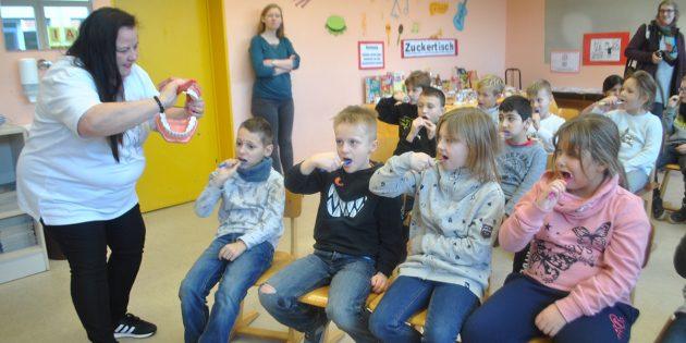 Beim zweiten YOLO-Day in der Schillerschule Bürstadt wurde den Kindern der 2. Klasse unter anderem das richtige Zähneputzen beigebracht. Foto: Benjamin Kloos