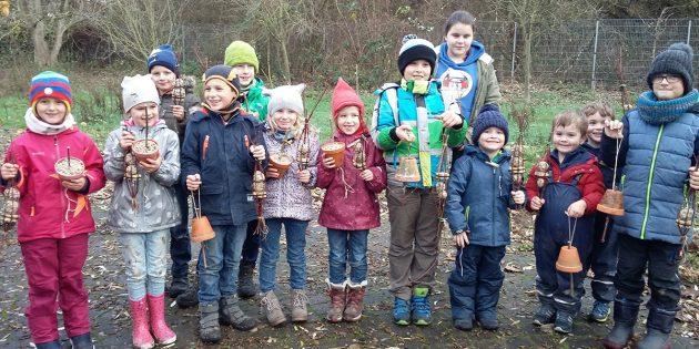 Die Kindergruppe des NABU Bürstadt präsentiert stolz die selbst hergestellten Meisenknödel und Vogelfutterglocken. Foto: oh