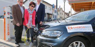 Starteten den ersten Ladevorgang für ein E-Mobil an der neuen Stromtankstelle am Marktplatz in Bürstadt: Bürgermeisterin Bärbel Schader und Erster Stadtrat Walter Wiedemann. Foto: oh