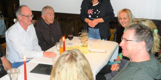 BUZ: Die erste Vorsitzende des Vereins der Vogelfreunde, Madlen Winkler (Mitte), leitet die Sitzung. Foto: Ehret