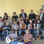 Ein Anfang mit Singen und Instrument