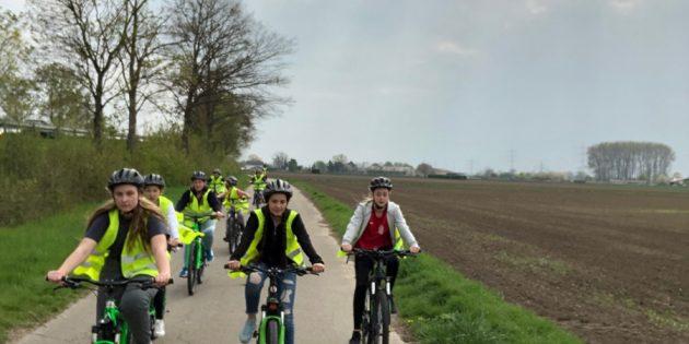 Kinder mit den Fahrrädern auf dem Weg nach Bürstadt zur Alla-hopp-Anlage. Foto: oh