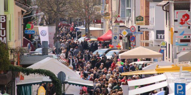 Volle Straßen: Viele Besucher aus nah und fern kamen am verkaufsoffenen Sonntag nach Bürstadt. Foto: Hannelore Nowacki