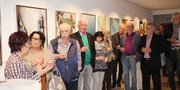 Farbe und Glanz bringt die Jubiläumsausstellung des Künstlervereins in das Foyer des Rathauses. Zur Vernissage waren am Donnerstagabend zahlreiche Gäste gekommen. Die Ausstellung ist noch bis Ende Mai zu sehen. Foto: Eva Wiegand