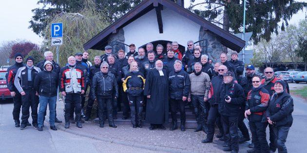 Die anwesenden Motorradfahrer des 1. Freiluft-Gottesdienstes ander Hubertus-Kapelle gemeinsam mit Pfarrer Rainer Heymach und Prädikant Jürgen Manske. Foto: Sigrid Samson