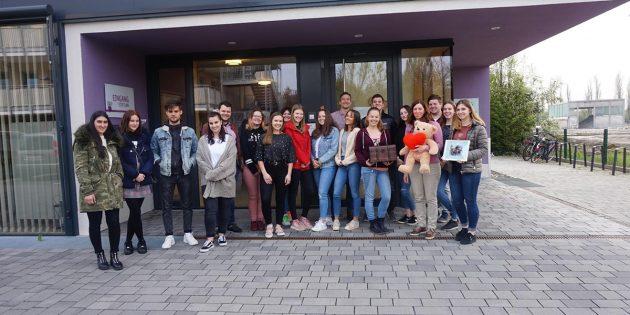 Die 17 Spenderinnen und Spendern der ESS übergaben 1.000 Euro an das Kinderhospiz Bärenhöhle. Foto: oh