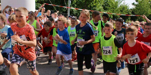 Spaß am Laufen zeigten die Teilnehmer des Schüler-Laufs über 1.800 Meter beim Start. Foto: Hannelore Nowacki