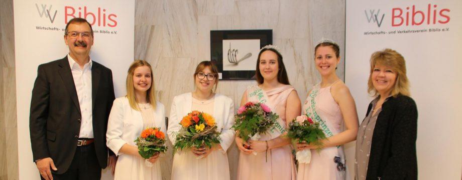 Am Samstag wird mit Noemi Hofmann Cruz (3.v.l.) die neue Bibliser Gurkenkönigin gekrönt. Ihr künftige Gurkenprinzessin Kyra Gall (2.v.l.) freut sich mit ihr auf die Zeremonie. Die noch amtierende Gurkenkönigin Paula I. (3.v.r.) wird das Gurkenfest am Freitag eröffnen. Archivfoto: Hannelore Nowacki