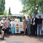 Pater John Peter segnetet den neues Bus des  Gemeindespsychiatrischen Zentrums Bergstraße/Ried des Caritasverbandes Darmstadt in Lampertheim. Foto: oh
