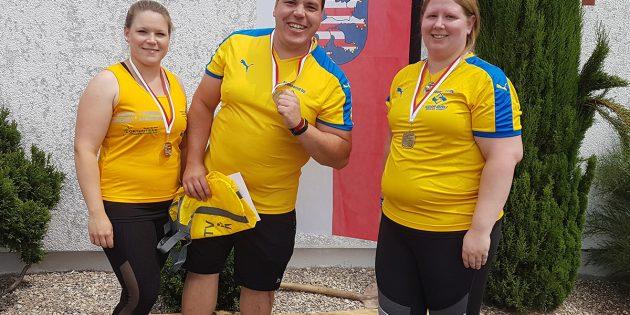 BUZ: Daniela Rudolph, Markus Rudolph und Sabrina Getrost (von links nach rechts) freuen sich über die Titel bei den Hessischen Meisterschaften. Foto: oh
