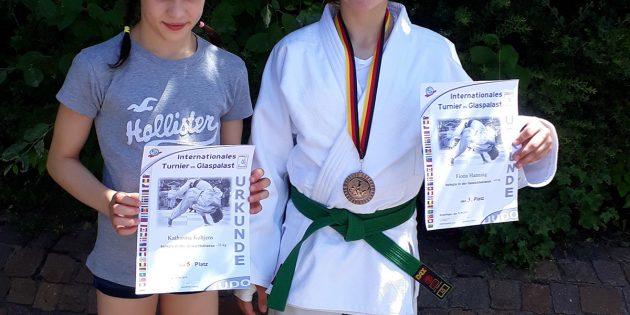 BUZ: Platz 3 und Platz 5 bei ihrem ersten internationalen Turnier die Bürstädterinnen Katharina Keltjens und Fiona Hannig, nicht im Bild Florian Ruckteschler der ebenfalls gut kämpfte. Foto: oh