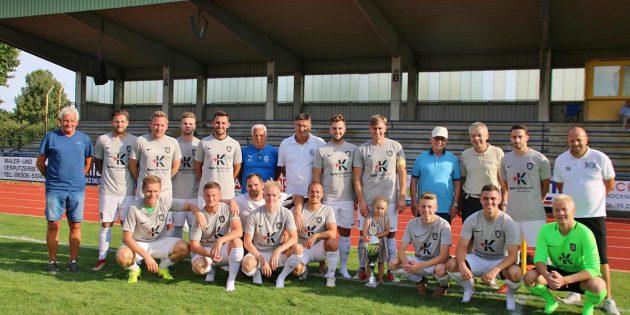 BUZ: Den Wanderpokal erkämpfte sich die Mannschaft des TV Lampertheim im spannenden Spiel mit 5 Toren gegen den FV Hofheim. Foto: Hannelore Nowacki
