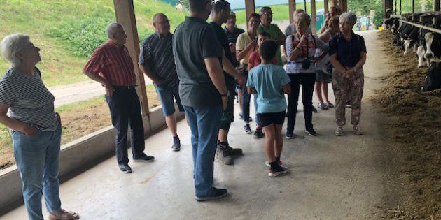 Mitglieder der KAB Biblis informierten sich vor Ort beim Michviehbetrieb Klingenhof über die Haltung der Kühe. Foto: oh