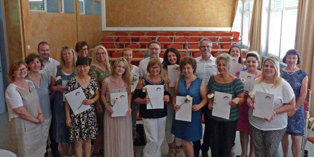BUZ: Landrat Christian Engelhardt feierte gemeinsam mit den zwölf Absolventinnen des ersten Landeslehrgangs für Betreuungskräfte aus dem Pakt für den Nachmittag ihren Abschluss. Foto: oh