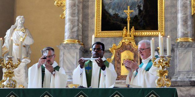 BUZ: Pfarrer Dr. Reginius Grigutis, Pater John-Peter und Dekan Peter Kern feierten zum Abschied gemeinsam Gottesdienst. Foto: Petra Gahabka