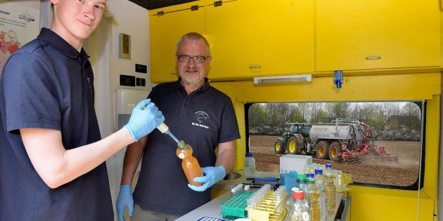 Milan Toups und Harald Gülzow untersuchen Brunnenwasserproben. Foto: oh