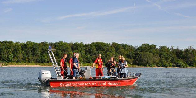 Landrat Christian Engelhardt sprach mit den Wasserrettungskräften der DLRG und machte sich ein Bild von der Situation am Rhein in Biblis-Nordheim. Foto: oh
