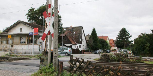 Das Bahnhofumfeld kann eine Aufwertung vertragen, es fehlt an Parkplätzen für Pendler und adäquaten Fahrradabstellplätzen. Foto: Hannelore Nowacki