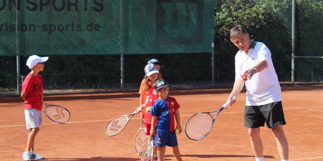 BUZ: Gerhard Babitsch machte vor wie es geht, die Kinder folgten seinem Beispiel und hatten eine Menge Spaß dabei. Foto: Eva Wiegand