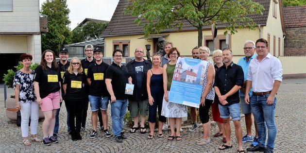 Präsentieren stolz das druckfrische Plakat: Kerbemudder Heike Hildebrand (links) und Silke Lüderwald, Vorsitzende des SPD-Ortsbezirks, der in diesem Jahr dem Arbeitskreis der Hofheimer Vereine vorsteht. Foto: Petra Gahabka