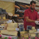 Der französische Markt auf dem Europaplatz bietet noch bis Samstag allerlei Spezialitäten – so wie eine große Vielfalt an Käse. Foto: Benjamin Kloos