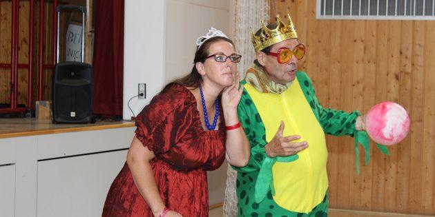 """Zwei Laienschauspieler der Theater-AG Kleiner Bär und Company Biblis besuchten fünf Kindergärten in Biblis und Groß-Rohrheim sowie die Steinerwaldschule Nordheim/Wattenheim, um Werbung für das aktuelle Stück """"Froschkönig Ferdinand"""" zu machen. Foto: oh"""