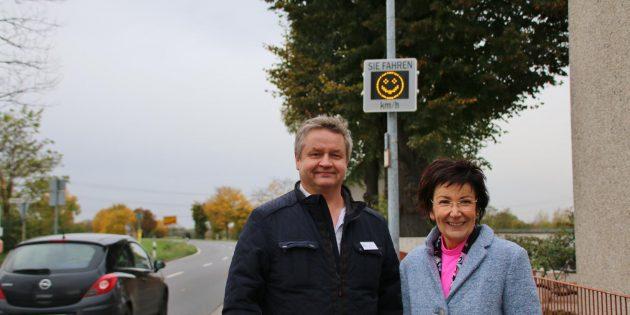 Karlheinz Utikal, Vorsitzender der Kreisverkehrswacht Bergstraße, und Bürgermeisterin Barbara Schader sind überzeugt: Die Autofahrer lassen sich durch das Display für angepasstes Fahren sensibilisieren. Foto: Hannelore Nowacki