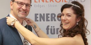 ENERGIERIED-Geschäftsführer Frank Kaus freute sich über den Besuch des Bürstädter Prinzenpaar Sabine III. und Michael II. – und bekam durch die neue Prinzessin den Orden der diesjährigen Kampagne überreicht. Foto: oh