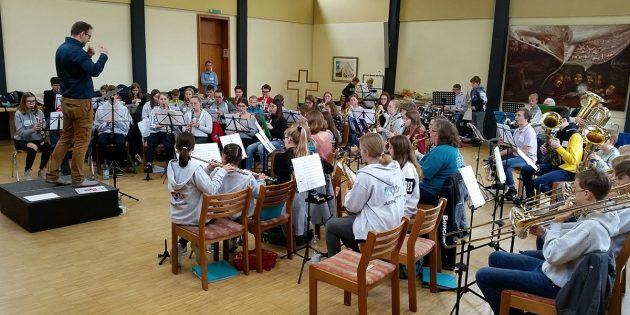 Gemeinsames Musizieren macht Spaß – diese Erfahrung konnten 50 Jugendliche, unter anderem aus den Katholischen Kirchenmusikvereinen Biblis, Bürstadt und Lampertheim, machen. Foto: oh