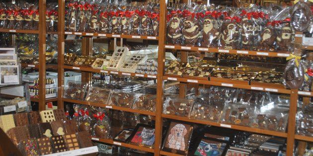 Zauberhaftes aus Schokolade passend zur Weihnachtszeit: Kurt Oberfeld und sein Team stellen die Nikoläuse für das Schokoladenhaus Oberfeld täglich frisch in Handarbeit her. Foto: Benjamin Kloos