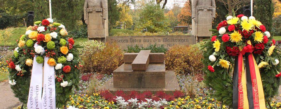 Am Ehrenmal im Stadtpark wurde am Sonntag in Lampertheim der Opfer beider Weltkriege gedacht. Foto: Nadine Schütz