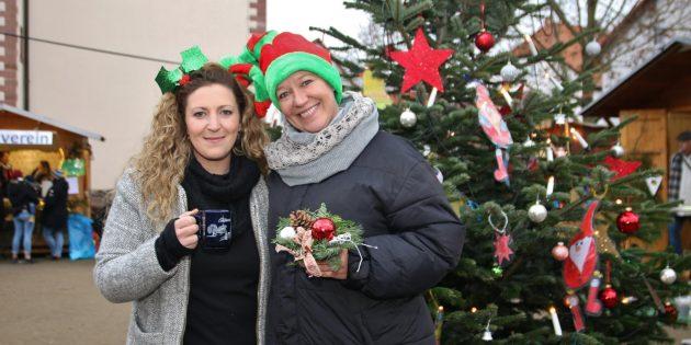 Ein Zweierteam der guten Laune waren Michaela Hertel (rechts) und Nadine Keil, die an ihrem Stand großen Zulauf hatten. Foto: Hannelore Nowacki