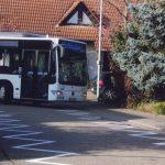 Zu eng: Immer wieder müssen Busse beim Durchfahren zweier Kurven in Neuschloß auf den Bürgersteig ausweichen – dadurch entstehen gefährliche Situationen, besonders für Fußgänger und Radfahrer. Foto: oh